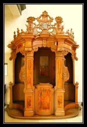 Confessionnal en bois ancien
