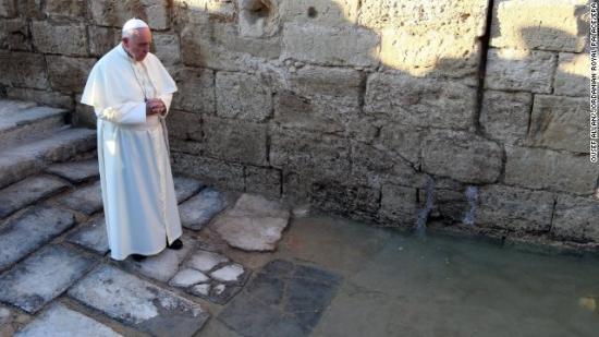 Le Pape Fançois devant l'Eau Sainte, samedi 24 mai 2014