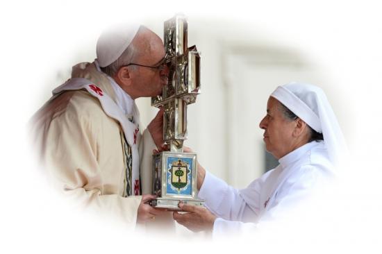 Pape François embrasse la Croix