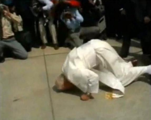 Jean-Paul II embrassant le sol
