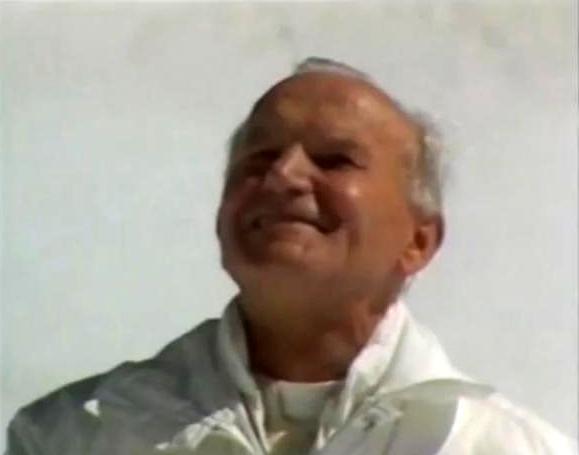 Jean-Paul II souriant, le regard vers le ciel
