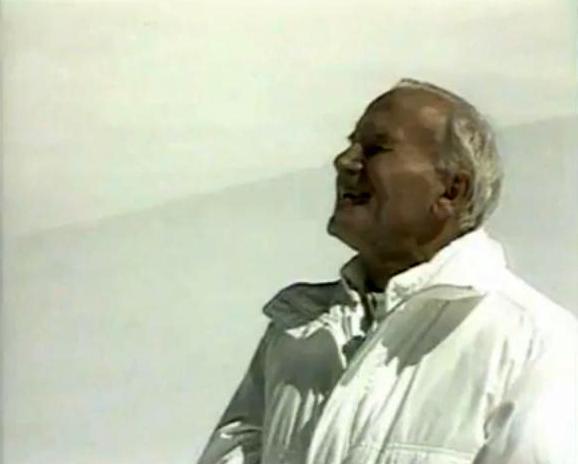 Jean-Paul II souriant dans la neige