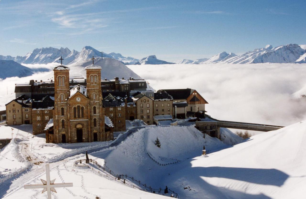 Fond d'écran Notre-Dame de La Salette sous la neige
