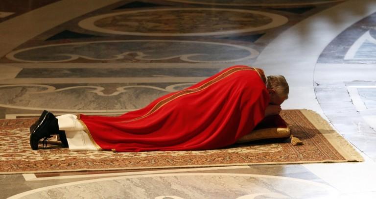 Pape François allongé en prière