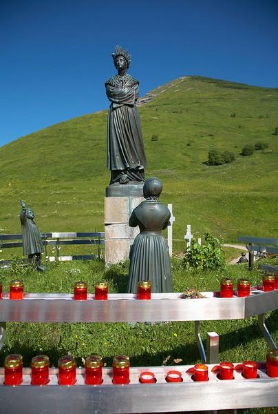 Statues de Marie et voyants de La Salette